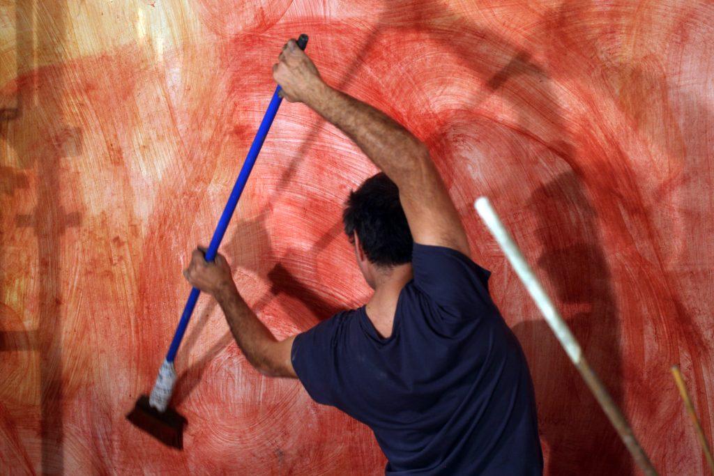 Santi Moix pintant el fons de l'altar de l'església de Seurí