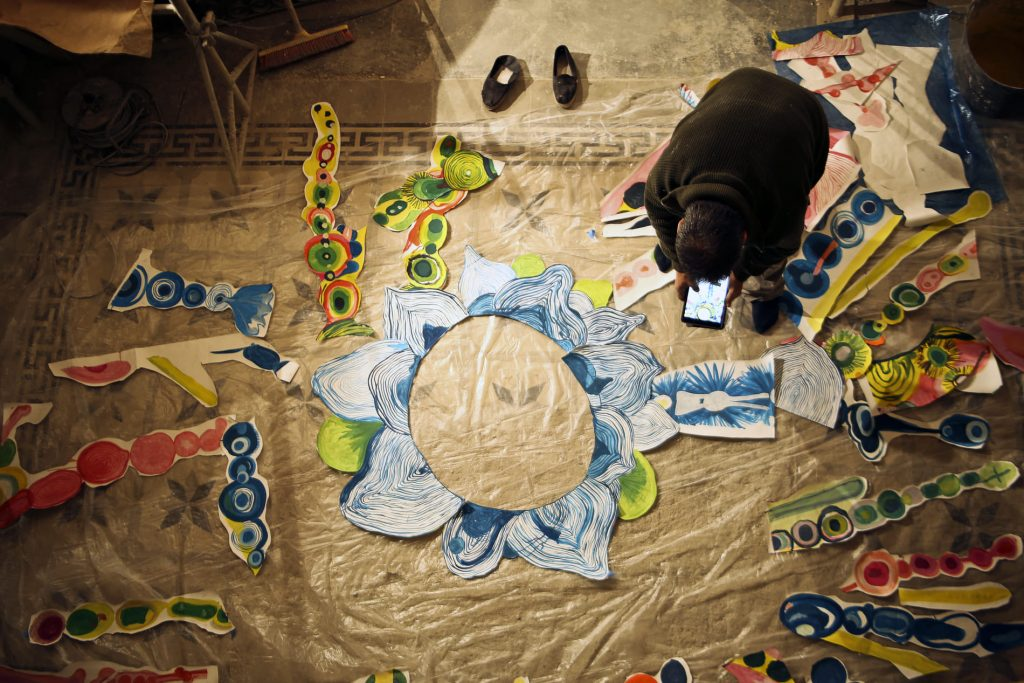 Santi Moix fent la plor de paper de l'església de Seurí
