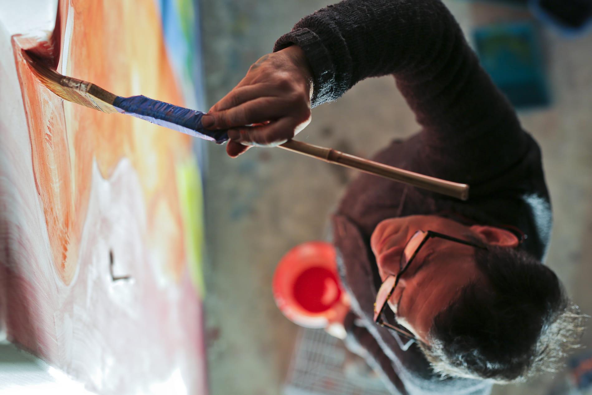 Santi Moix pintant les parets de l'església de Seurí, vist des de dalt